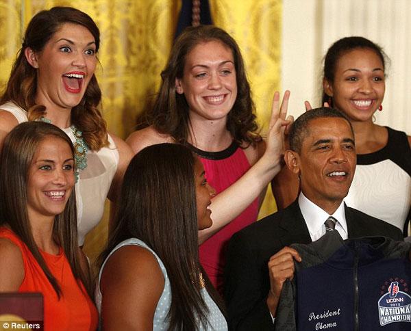 شوخی بسکتبالیستهای زن با اوباما