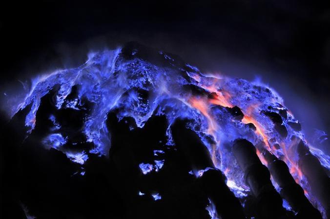 آتشفشان کاوا لژن در اندونزی