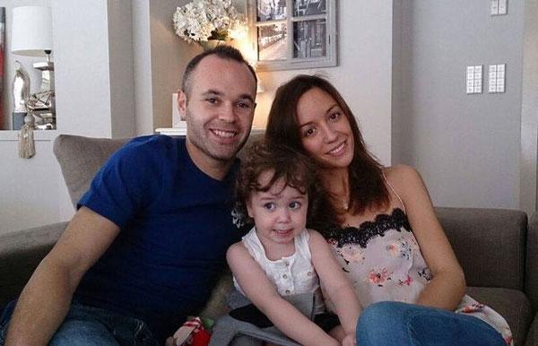 اینیستا به همراه همسر و دخترش والریا
