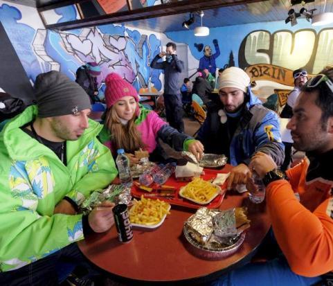 عکسهای رویترز از نحوه پوشش زنان و دختران ایرانی در پیست اسکی دیزین