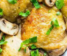 ران مرغ سوخاری با سس قارچ و پیاز
