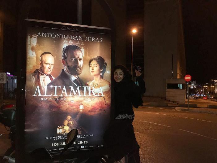 گلشیفته فراهانی در کنار بیلبورد فیلم آلترامیرا