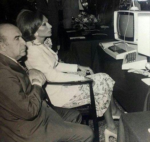 عکسی تاریخی از هویدا و فرح دیبا در حال تست اولین کامپیوتر وارداتی به ایران