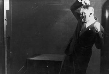 پنج عکس مخفی از هیتلر هنگام تمرین برای سخنرانی