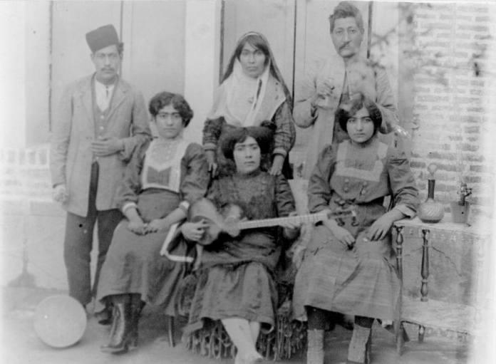 عکسی تاریخی از مطربان و رقاصان در اواخر دوره قاجار و اوایل پهلوی